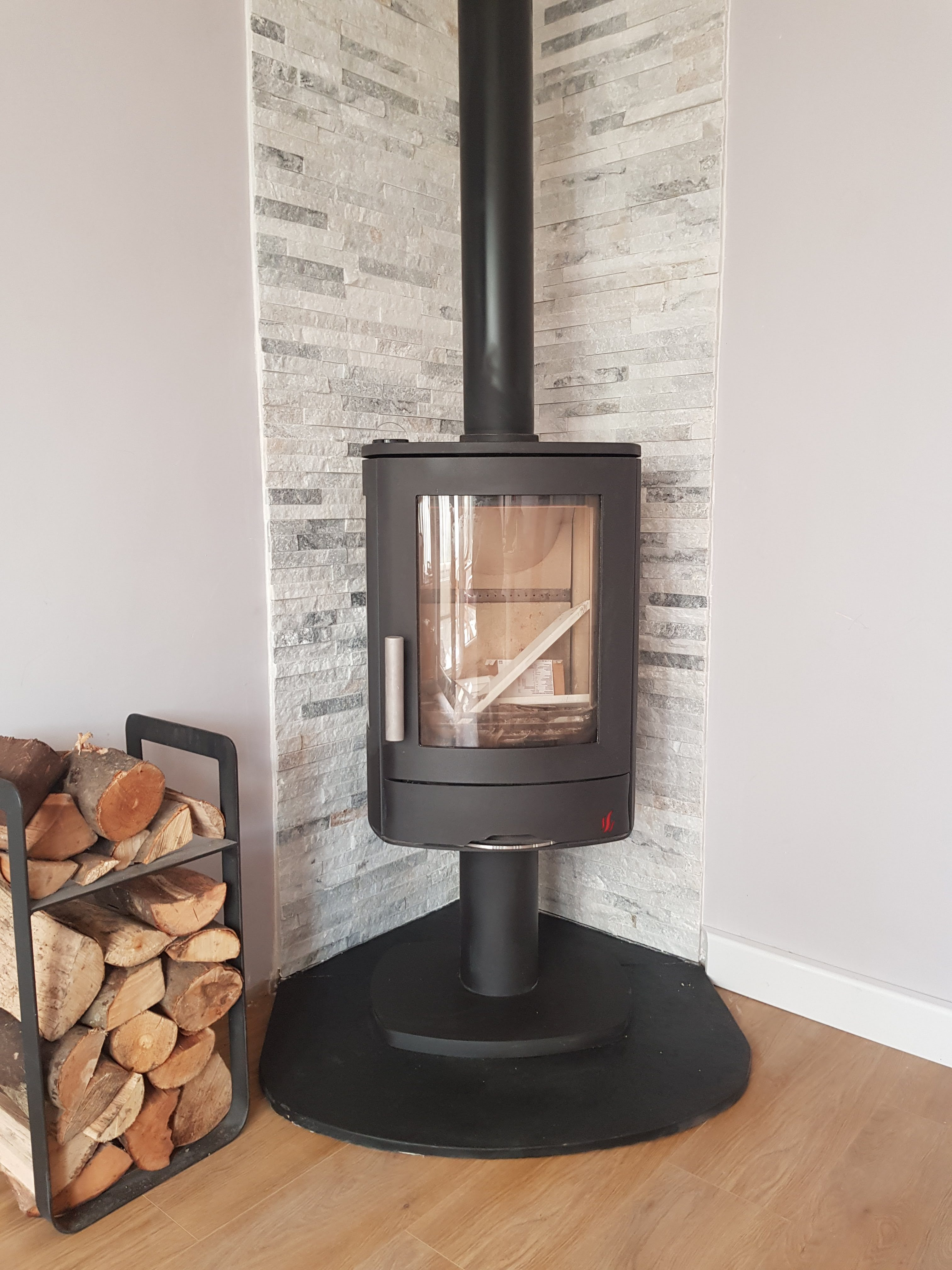 Acr Neo 3P on a black limestone hearth with split face tiles